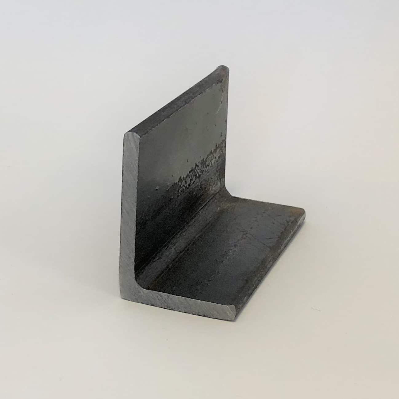 Bild på ett oliksidigt vinkelstål i obehandlat stål